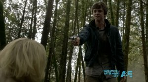 Bates-Motel-The-Immutable-Truth---Norman-points-gun-at-Norma-(Freddie-Highmore-and-Vera-Farmiga)